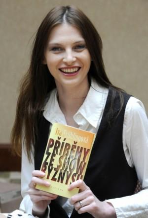 Iva se svojí druhou knihou. Foto: ČTK.