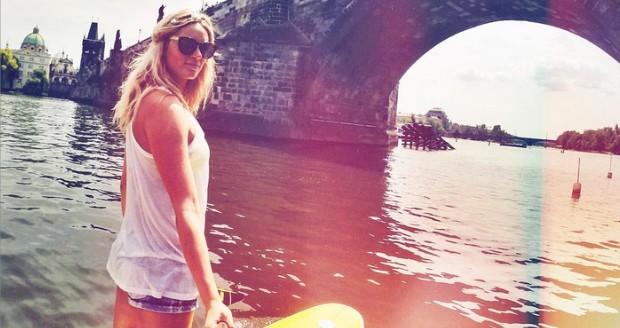 Nikol na paddleboardu. Foto: Instagram N. Moravcové.