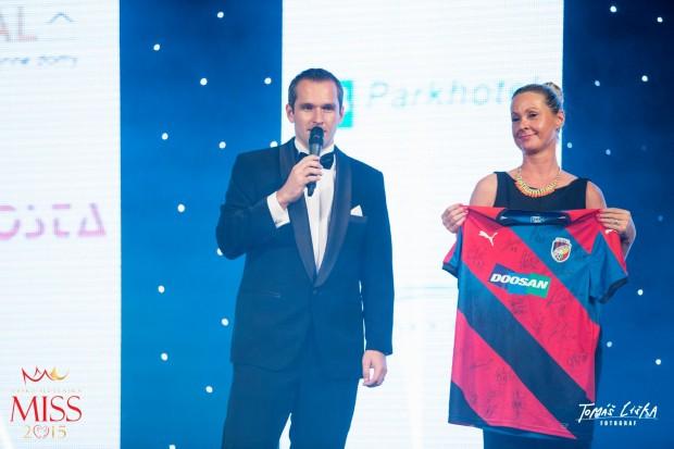 Míra Hejda draží podepsaný dres plzeňské FC Viktorie Plzeň. Foto: Facebook Česko-Slovenská MISS.