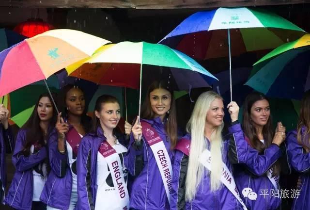 Natálie Myslíková s barevným deštníkem mezi ostatními dívkami doslova září. Foto: Miss Tourism Queen International.