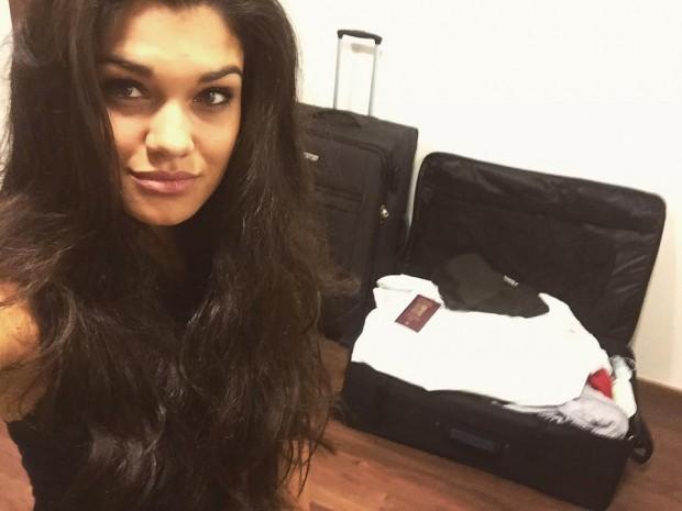 Andrea stihla i selfie s kufry. Foto: Facebook A. Kalousové.