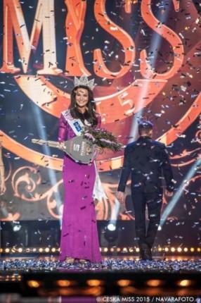 Poslední vítězka Nikol Švantnerová. Na záběru jen několik vteřin poté, co byla korunována. Foto: Facebook Česká Miss.