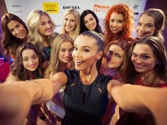 Finalistky nezapomněly ani na selfie s Ivou Kubelkovou. Foto: Česká Miss 2016.
