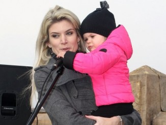 Malá Anetka se zajímala i o mikrofon. Foto: Ihot.