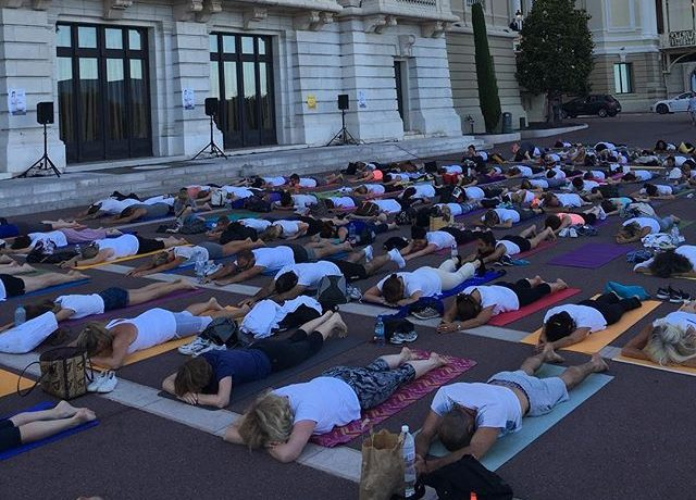 Tereza Maxová si během mezinárodního dne jógy zacvičila spolu s ostatními nadšenci přímo v ulicích Monaka.