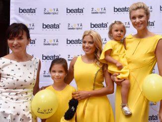 Beata Rajská s Evou Perkausovou a Anetou Ďurišovou (zleva) a s malými modelkami. Foto: Facebook B. Rajské.