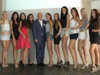 12. finalistek soutěže Miss Czech Press spolu s ředitelem soutěže Jiřím Morštadtem. Foto: Metropol.