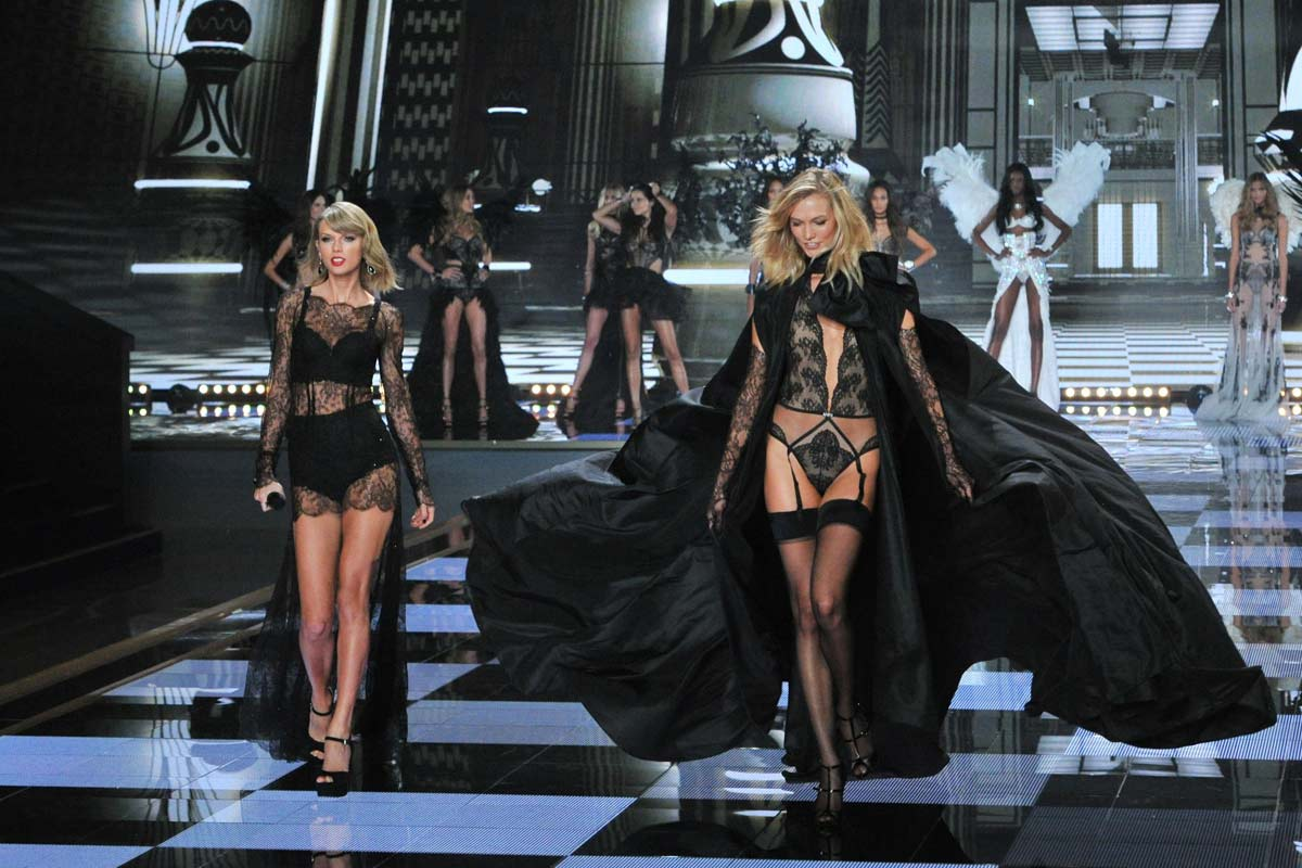 Karlie Kloss (vpravo) se svou velkou kamarádkou, zpěvačkou Taylor Swift, zdroj: Victoria's Secret