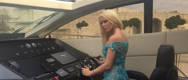 Lenka se během soutěže posadila i za volant luxusní jachty. Foto: Facebook L. Josefiové.