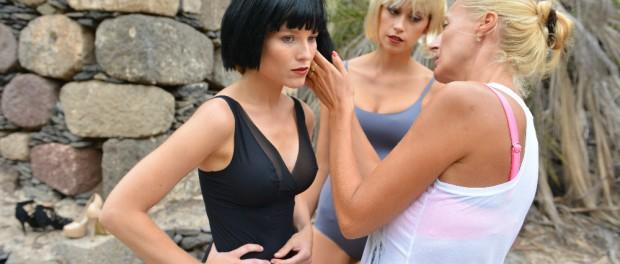 Během focení si modelky vyzkoušely i paruky. Foto: Jan Tůma.