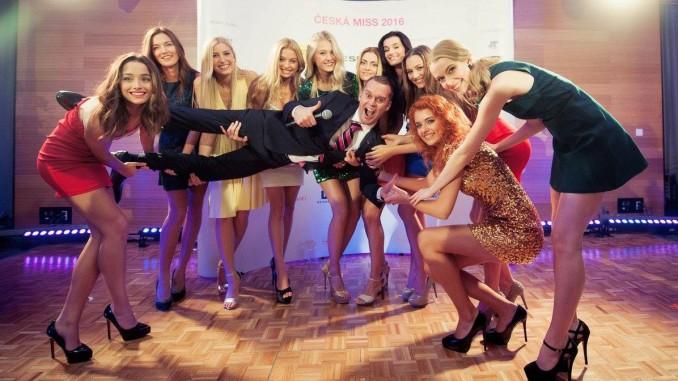 Dívky si během večera užily i mnoho legrace. Na fotografii s moderátorem Pavlem Cejnarem. Foto: Česká Miss 2016.
