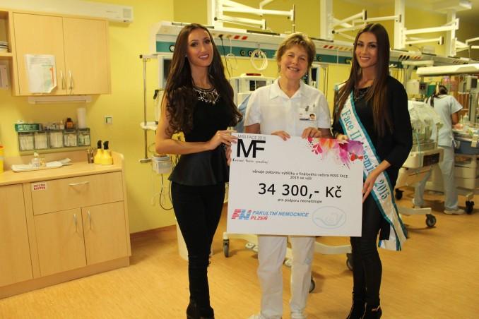 Předání šeku ve Fakultní nemocnici v Plzni. Foto: Facebook Miss Face.