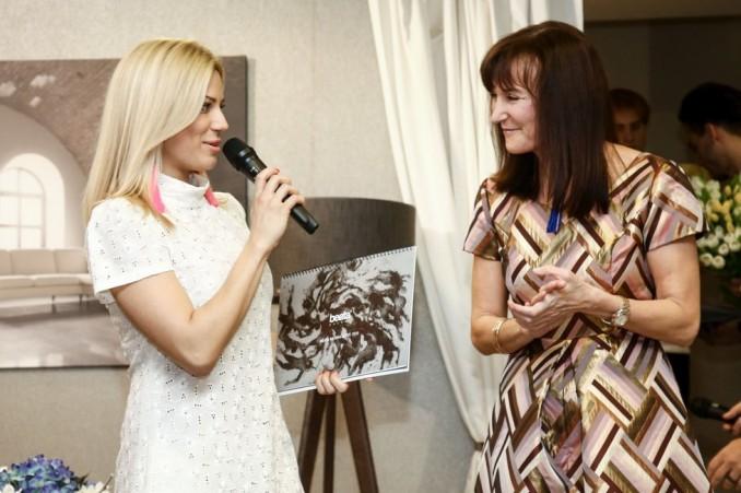 Eva Perkausová s kalendářem v ruce a Beata Rajská. Foto: Herminapress