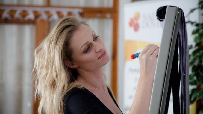 Veronika se v dětských domovech snaží pomáhat ze všech sil. Foto: Roadshow s Veronikou.