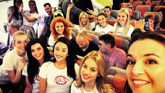 Finalistky na palubě letadla mířícího do prosluněného Thajska. Foto: Instagram I. Kubelkové.