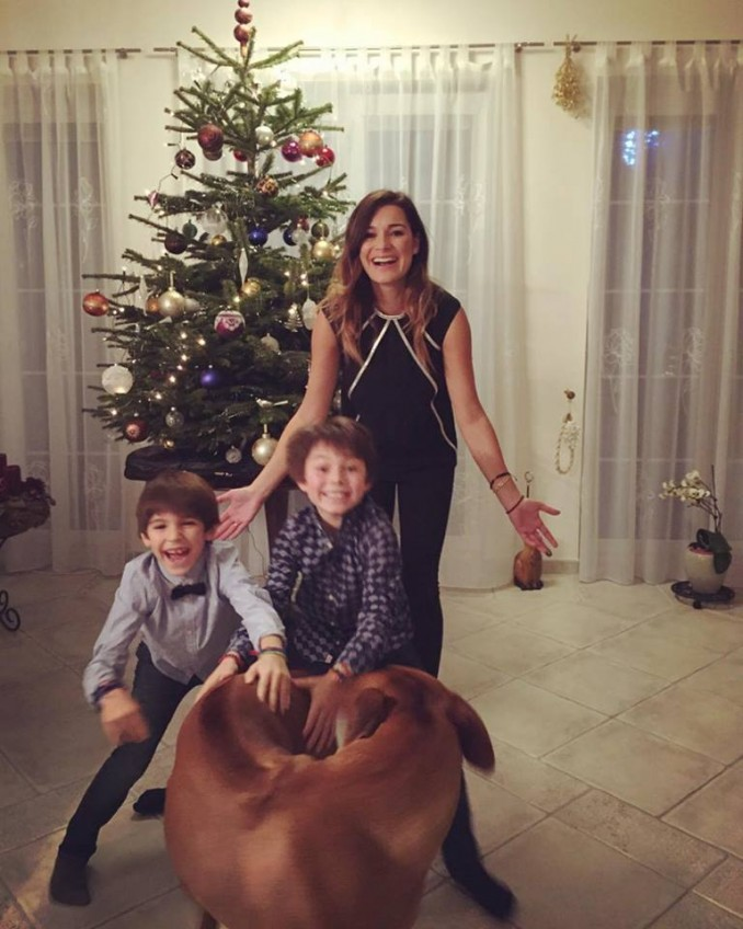 Alena na fotografii se syny a s domácím mazlíčkem skryla své bříško vhodným oblčením. Foto: Facebook A. Šeredové.