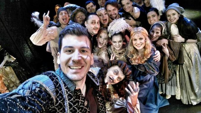 """Celý tým muzikálové Angeliky s """"nováckými"""" moderátory. Foto: Divadlo Broadway."""