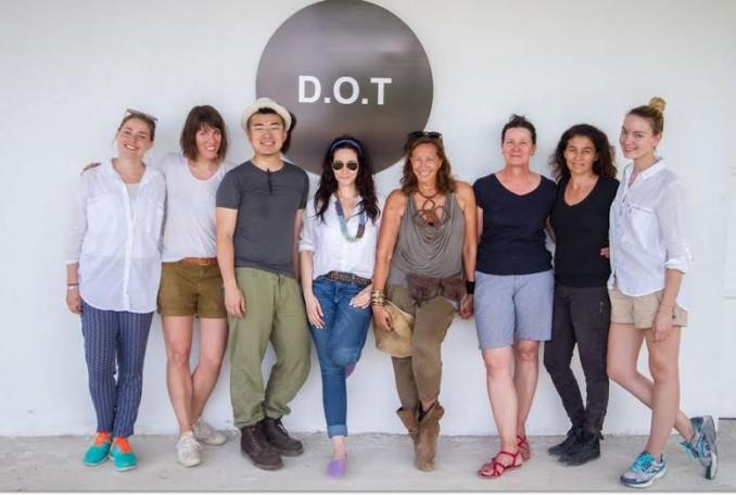 S týmem ostatních designérů na Haiti. Foto: DKNY.