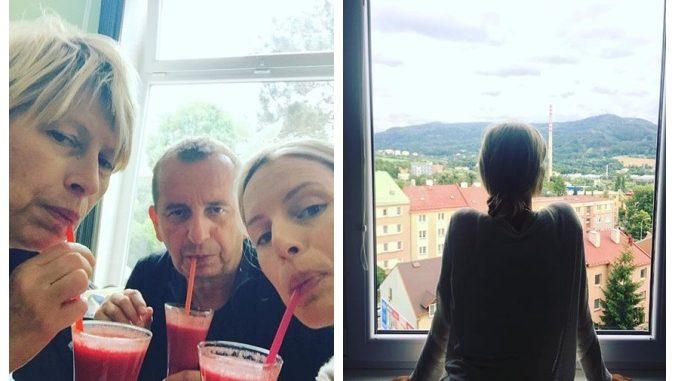 Karolína s rodinou (vlevo) a na fotografii s výhledem z bytu jejích rodičů (vpravo). Foto: Instagram K. Kurkové.