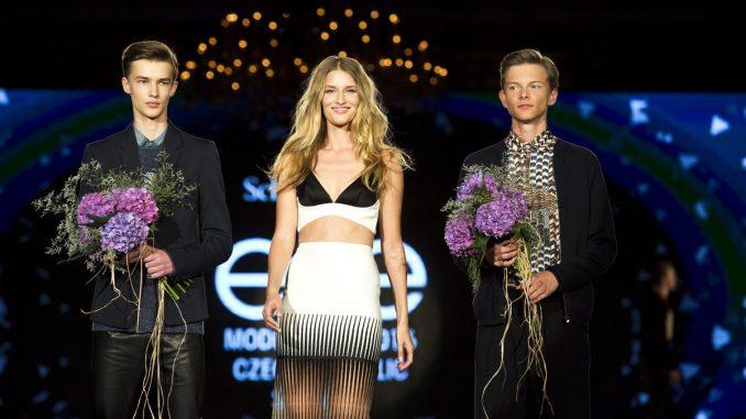 Vítězní chlapci v doprovodu topmodelky Lindy Vojtové. Foto: SEML.