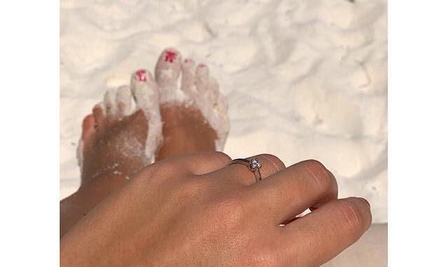 Nikola se pochlubila s prstýnkem. Foto: FB N. Buranské.